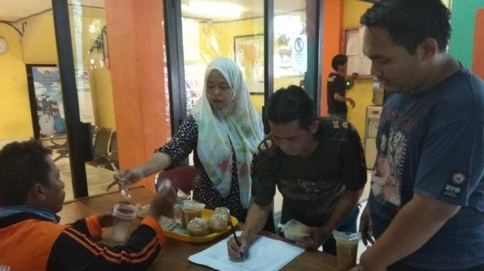 Tingkatkan Keakraban dengan Warga, Kelurahan Sukapura Sediakan Takjil Gratis