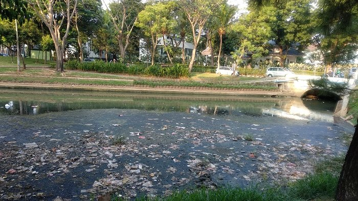 Sungai di Taman Menteng Bintaro Kotor dan Banyak Sampah