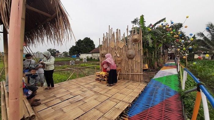 Suasana Taman Sampora Legok, Cibinong, Kabupaten Bogor. Objek wisata ini dari tempat sampah dan bekas sawah yang disulap warga sekitar menjadi tempat wisata.