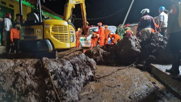 Tanah longsor di Sumedang Jawa Barat, 11 orang tewas. Danramil dan Pejabat BNPB Sumedang termasuk korban tewas tertimbun tanah, Sabtu (9/1/2021) malam.