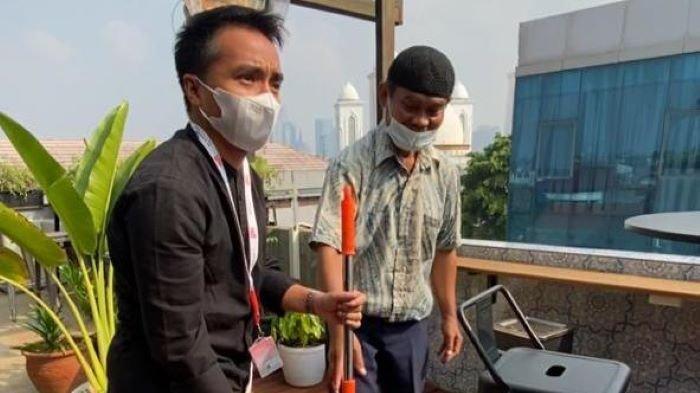 Sesuai janjinya memberikan pekerjaan, Taqy Malik mengajak Santoso yang sudah berusia lanjut itu ke kantornya di Taqychan Shaffron Jakarta, Sabtu (30/7/2021).