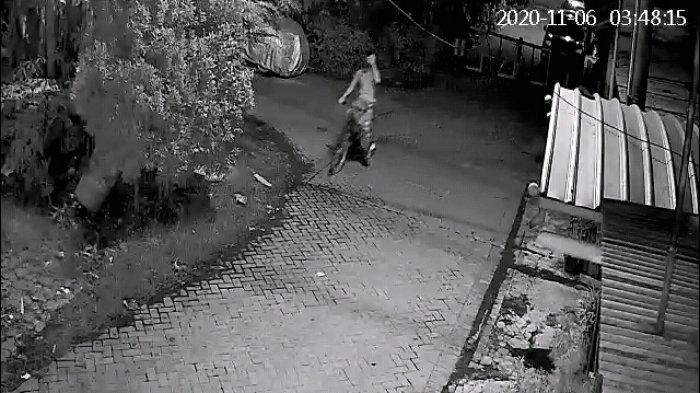 Rekaman CCTV memperlihatkan sosok pencuri yang mengambil sepeda milik Tarwi