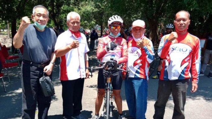 Tarwi (tengah) disambut rekan dan sesama mantan pebalap sepeda nasional di Velodrome Manahan Solo saat tour dari Surabaya ke Jakarta September 2020 lalu