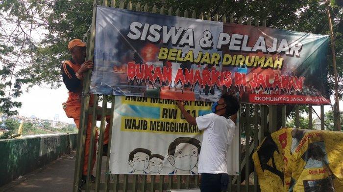 VIDEO Komunitas Jaga Jakarta Pasang Spanduk Imbauan untuk Pelajar Agar Tidak Ikut Demo Anarkis