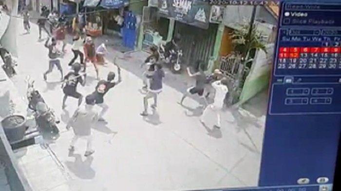 Terekam melalui kamera Closed Circuit of Television (CCTV), aksi tawuran antar kelompok pemuda terjadi di Jalan Warakas I, Gang 12 RT 13 RW 01, Kelurahan Warakas, Kecamatan Tanjung Priok, Jakarta Utara, Senin (12/10/2020)