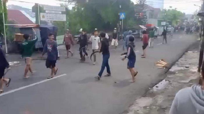 Tawuran dua kelompok remaja di Jalan Bekasi Timur IV, Kecamatan Jatinegara, Jakarta Timur, Kamis (29/10/2020) pagi.