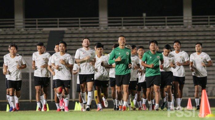 Para pemain timnas senior sedang melakukan pemanasan dengan berlari memutari lapangan Stadion Madya Senayan, Jakarta