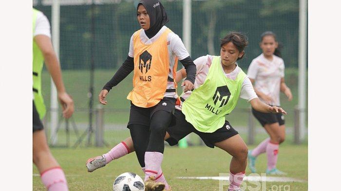 Latihan perdana timnas sepak bola wanita Indonesia berlangsung di lapangan D Senayan