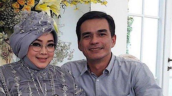 Teddy Syach dan mendiang Rina Gunawan, istrinya.