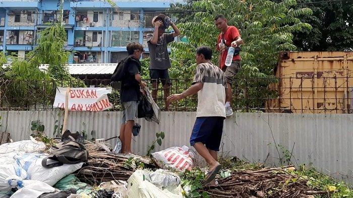 Warga menghentikan pembongkaran tembok beton setinggi 3 meter di area pergudangan di Jalan Kapuk Indah RT 02/RW 03 Kapuk Muara, Penjaringan, Jakarta Utara, Sabtu (17/4/2021).