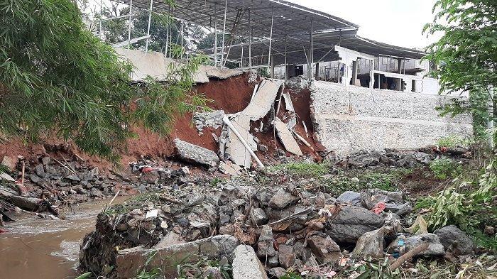 Petugas survey Kementerian PUPR, Erlangga memberikan keterangan terkait hasil peninjauan di lokasi tanah longsor Perumahan Bukit Pesanggrahan 2, Desa Ragajaya, Bojonggede, RT 04 RW 15, Kabupaten Bogor.