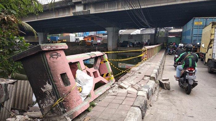 Dihantam Mobil, Tembok Jembatan di Jalan RE. Martadinata Rusak Parah