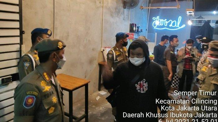 Melanggar Aturan PPKM Darurat, Satpol PP Menutup Sementara Tempat Usaha Hingga PKL di Jakarta Utara