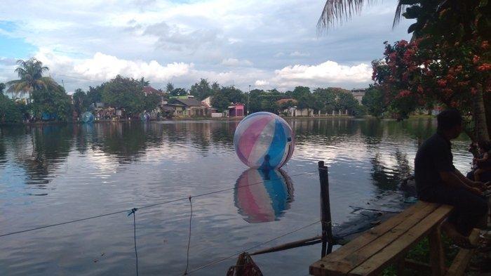 Wisata ke Situ Cilodong Ditemani Ibunya, Rani Main Water Ball