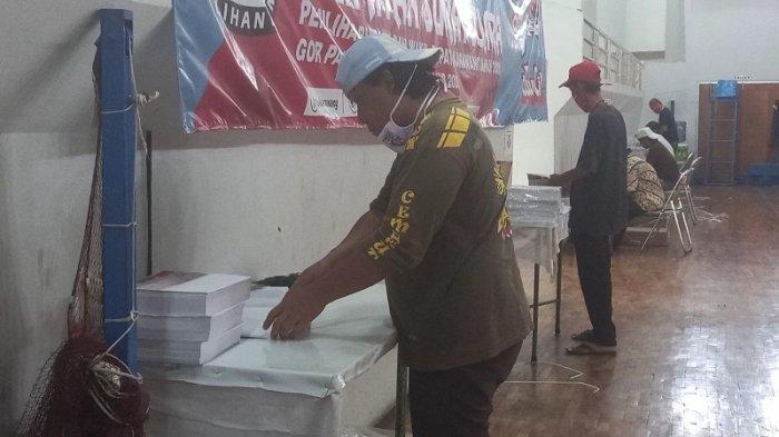 VIDEO KPU Kabupaten Karawang Mulai Melakukan Pelipatan dan Penyortiran Surat Suara Pilkada 2020