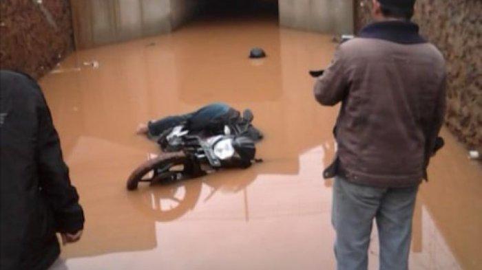Kelelahan Saat Menerjang Banjir, Pengendara Motor Ditemukan Warga Tewas Terkapar di Terowongan Tol