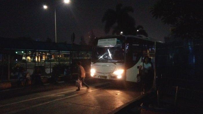 Ada Isu Lockdown, Terminal Bayangan Tol Kebon Jeruk Sepi Penumpang dan Bus