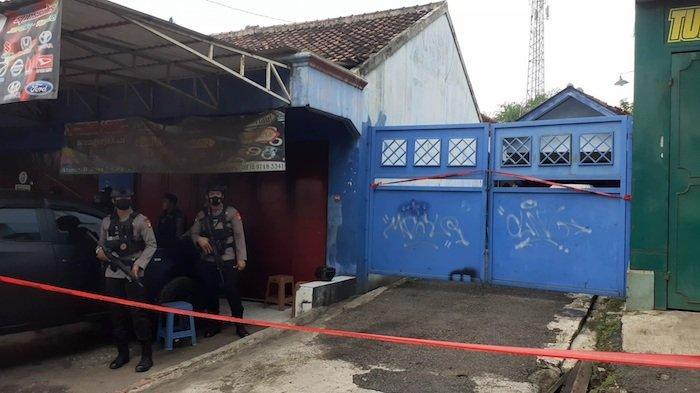 Detasemen Khusus (Densus) 88 Mabes Polri menjaga kontrakan <a href='https://jambi.tribunnews.com/tag/terduga-teroris' title='terdugateroris'>terdugateroris</a> di Jalan Raya Cikarang-Cibarusah, RT 07 RW 04 Desa Sukasari, Kecamatan Serang Baru, <a href='https://jambi.tribunnews.com/tag/kabupaten-bekasi' title='KabupatenBekasi'>KabupatenBekasi</a>, pada Senin (29/4/2021)