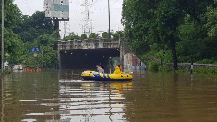 BANJIR KEPUNG JAKARTA, 1.380 Warga Mengungsi Akibat Luapan Kali dengan Tinggi Air Hampir 2 Meter