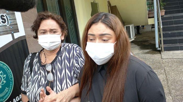 Thalita Latief hadir saat sidang gugatan cerainya dengan Dennis Lyla kembali digelar di Pengadilan Agama Jakarta Pusat, Kamis (24/6/2021). Thalita Latief hadir membawa ibunya sebagai saksi dalam sidang.