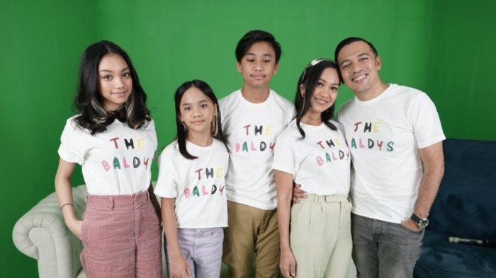 Keluarga The Baldys (dari kiri ke kanan: Naura Ayu, Neona, Bevan serta Nola Be3 dan Baldy Mulia Putra) saat jumpa pers virtual, Jumat (21/8/2020).