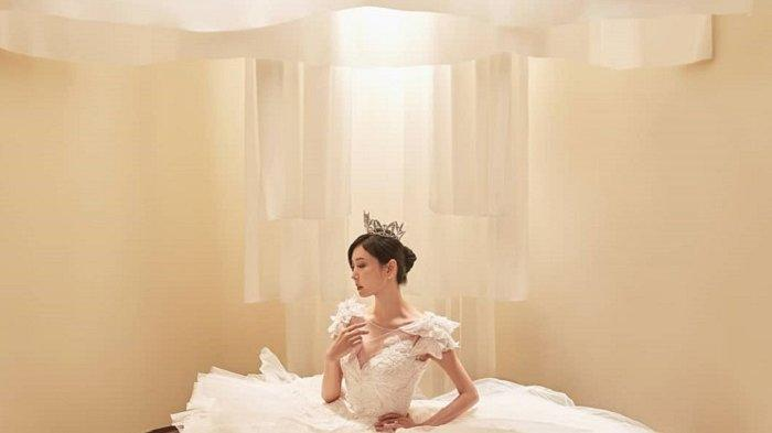 Aktris Kim So Yeon bergaun pengantin dalam drama Korae The Penthouse 2.