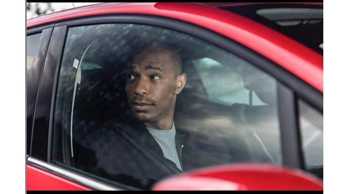 Thierry Henry Menyamar Saat Menonton Arsenal