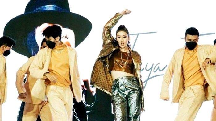 Penyanyi Ticya Fang tampil melepas keberangkatan Putri Indonesia 2020 Roro Ayu Maulida Putri ke ajang Miss Universe lewat lantunan medley lagu Agnez Mo dan Dewi Sandra.