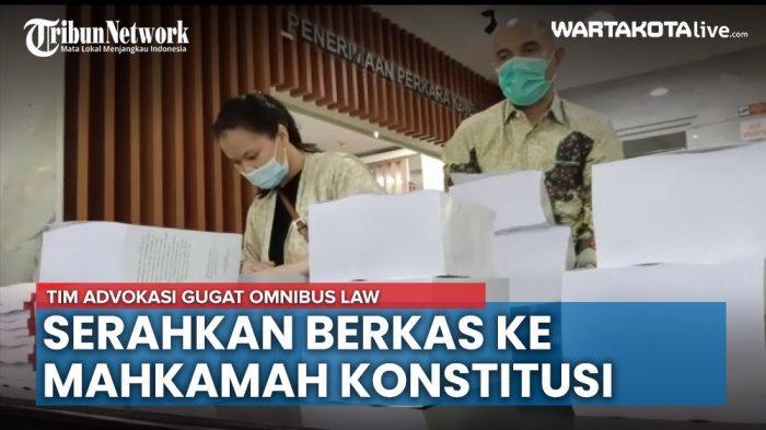 VIDEO: Tim Advokasi Gugat Omnibus Law Menyerahkan Berkas dan Bukti Gugatan ke MK