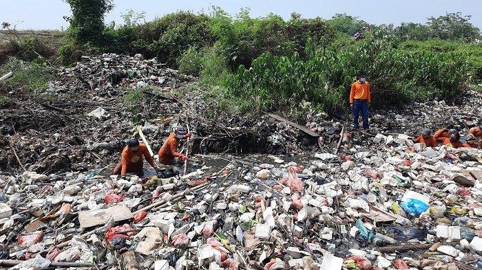 Tim Biawak Kabupaten Bekasi tak Kenal Lelah Bersihkan Sampah Meski Diupah Rp 70.000 per Hari