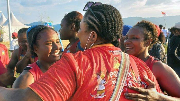 Tim dayung putri Papua bersuka cita saat dinyatakan finis pertama dan mendapatkan medali emas  di nomor TBR 500 meter PON Papua di Teluk Youtefa, Jayapura, Minggu (10/10/2021)