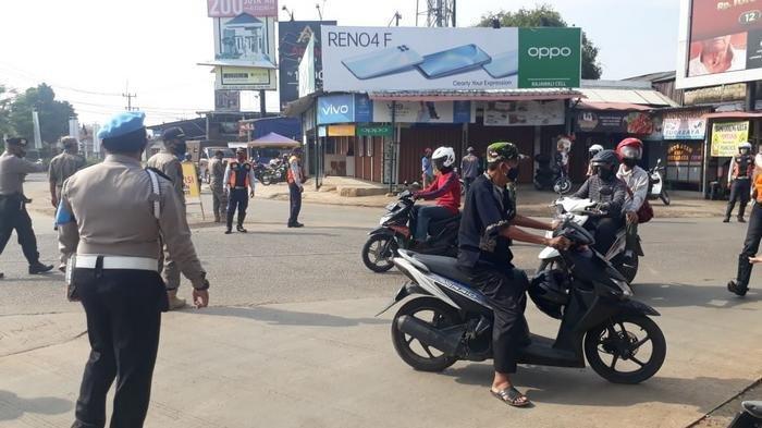 Tim gabungan dari Polsek Parung, Koramil dan Pol PP melakukan operasi secara stationer di beberapa titik keramaian di Kecamatan Ciseeng pada Kamis (15/10/220)