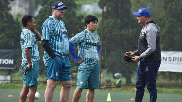 Tim Pelatih Persib Bandung Tetap Pantau Pemainnya Meski dalam Kondisi Sulit Akibat Wabah Corona