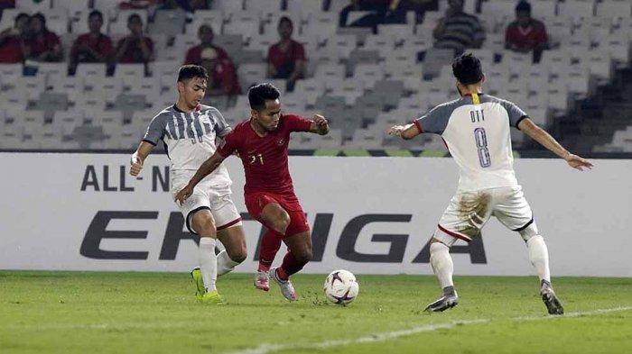 Andik Vermansah berduel dengan pemain Filipina di babak penyisihan grup Suzuki AFF Cup 2018