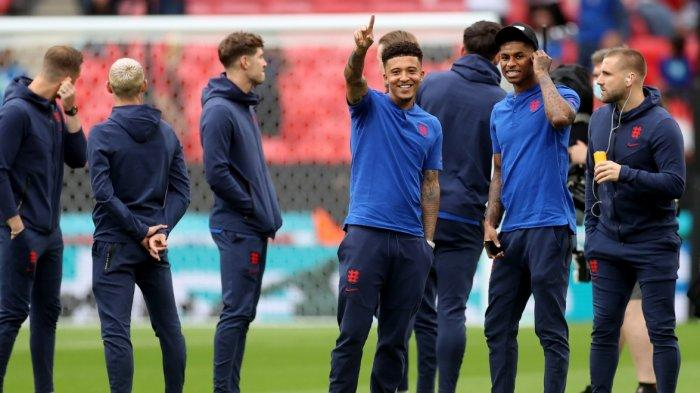 Para pemain timnas Inggris rasakan lapangan Stadion Wembley jelang bentrok di babak final Euro 2020 melawan timnas Italia. Pelatih Inggris Southgate tampak harus mengubah formasi hadapi Italia yang telah menemukan formasi idealnya