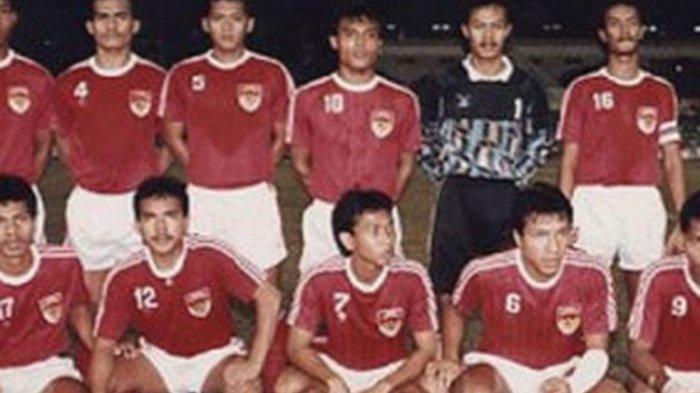 Peri Sandria (10) ikut mempersembahkan medali emas cabor sepak bola di SEA Games 1991 Jakarta yang saat itu dilatih oleh Anatoly Polisin