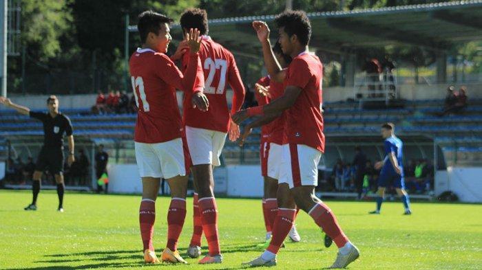 Para pemain Timnas U-19 berkumpul usai mencetak gol ke gawang NK Dugopolje