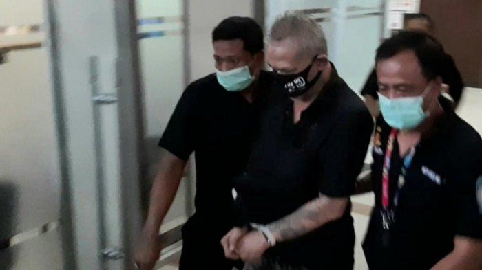 Diserahkan Polisi ke Jaksa Penuntut Umum dengan Tangan Terborgol, Tio Pakusadewo Tidak Berkomentar
