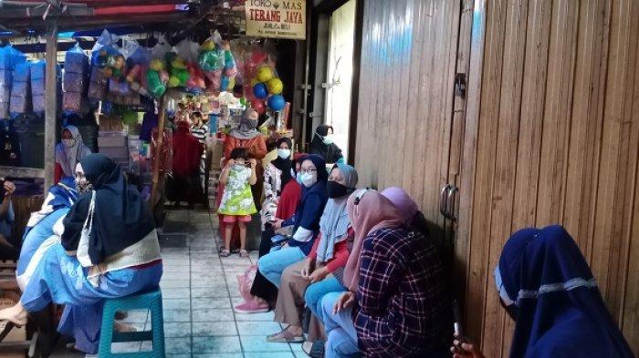 Akibat PPKM Darurat Masyarakat Antre di Toko Emas Menjual Perhiasan untuk Bertahan Hidup