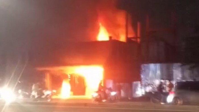 Toko Furniture di Cilandak Terbakar, Tujuh Mobil Damkar Diterjunkan untuk Padamkan Api