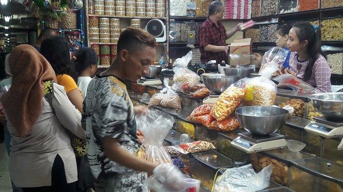 Jelang Natal dan Tahun Baru 2020, Pembeli Kue Kering di Pasar Jatinegara Melonjak