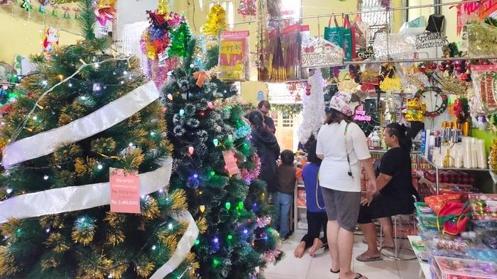 Toko Pernak-pernik Natal di Pasar Baru Bekasi Ramai Diserbu Pembeli, Ini yang Dicari Pembeli