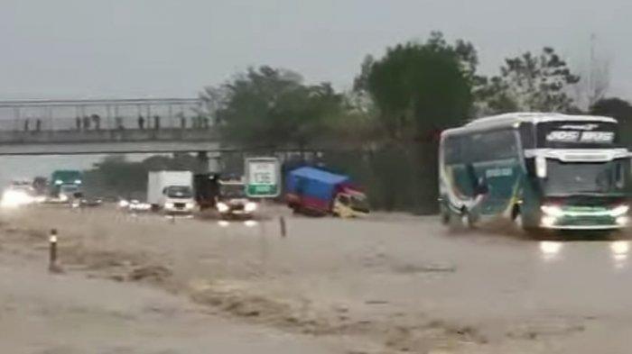 Tol Cipali KM 136 Banjir Deras, Pengguna Tol Diminta Hindari Cipali, Netizen Sebut Tol Laut