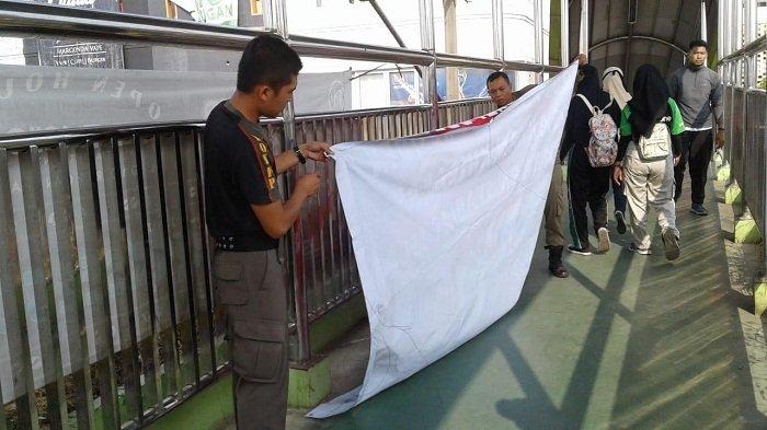 Satpol PP Depok Copot Spanduk #2019 Ganti Presiden, di Jalan Margonda