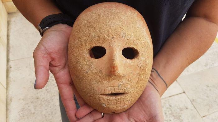 Topeng Batu Berusia 9.000 Tahun Diduga untuk Pemujaan Ditemukan di Israel