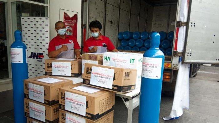 Toyota Indonesia mendonasikan 300 tabung oksigen yang sudah terisi, serta 10.800 sarana dan prasarana penanggulangan Covid-19, Rabu (21/7/2021). Donasi dengan total nilai Rp 1,55 miliar ini disalurkan di empat wilayah dan enam rumah sakit di Indonesia.