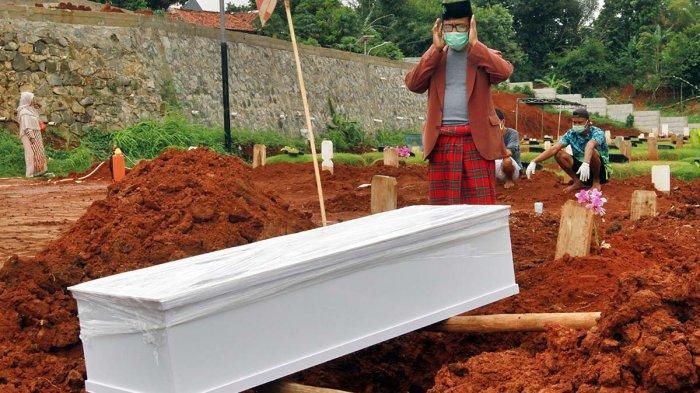 Kerabat mendoakan jenazah yang dimakamkan dengan protokol Covid-19 di TPU Jombang, Ciputat, Tangerang Selatan, Selasa (19/1/2020).