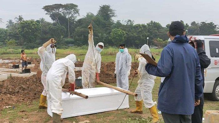 Kasus Covid-19 di Kabupaten Tangerang mengganas, lantaran dalam sehari ada sembilan jenazah pasien Covid-19 dimakamkan di Tempat pemakaman umum (TPU) khusus Covid-19 di Desa Buniayu, Kecamatan Sukamulya, Kabupaten Tangerang, Kamis (17/6/2021).