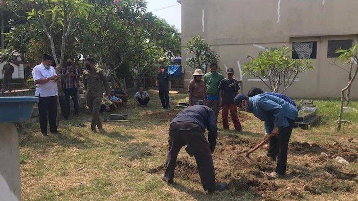 Beberapa penggali kubur di TPU Rorotan Cilincing sedang menyiapkan makam untuk Sekda DKI Jakarta Saefullah, Rabu (16/9/2020)