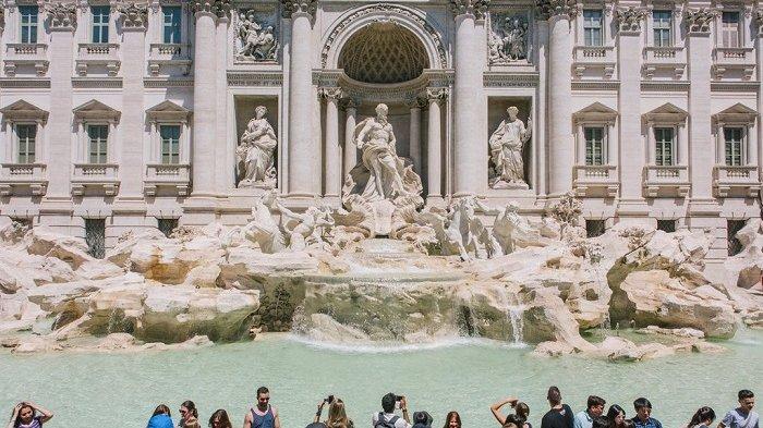 2 Turis Asing Menceburkan Diri di Kolam Air Mancur Romawi Kuno Diburu Polisi